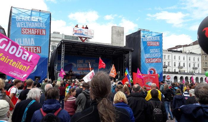 G20-Protestwelle auf dem Hamburger Rathausmarkt