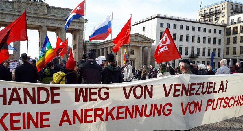 In Berlin gingen rund 300 Menschen gegen den Putschversuch in Venezuela auf die Straße